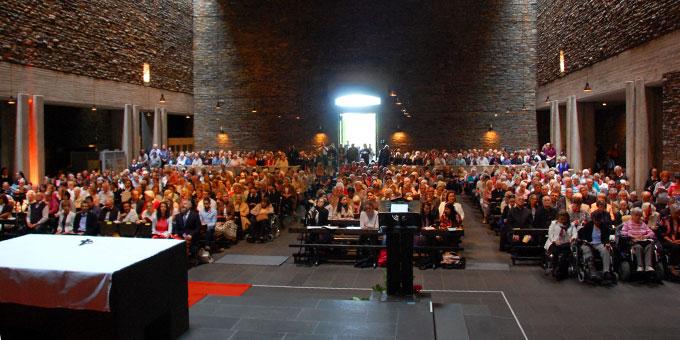 Die gut 1.800 Teilnehmer verteilten sich auf drei Plätze: Anbetungskirche (Foto: Brehm)