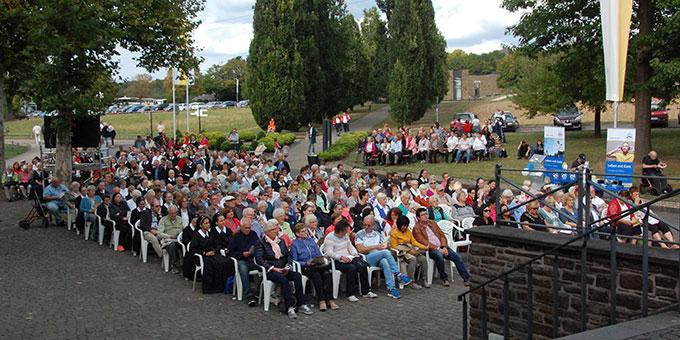 Platz vor der Kirche (Foto: Brehm)
