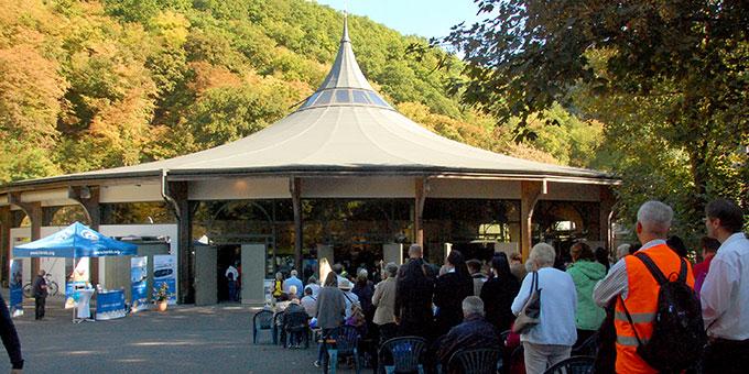 ... viele fanden nur vor der Kirche noch einen Platz (Foto: Brehm)