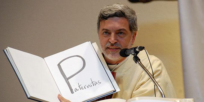 Pater Alexandre Awi Mello hielt eine engagierte Predigt, u. a. mit pädagogisch wertvollen Merkhilfen (Foto: Brehm)