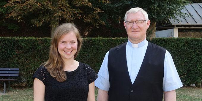Carolin Brehm und Pater Ludwig Güthlein im KNA-Interview (Foto: Merten, KNA)