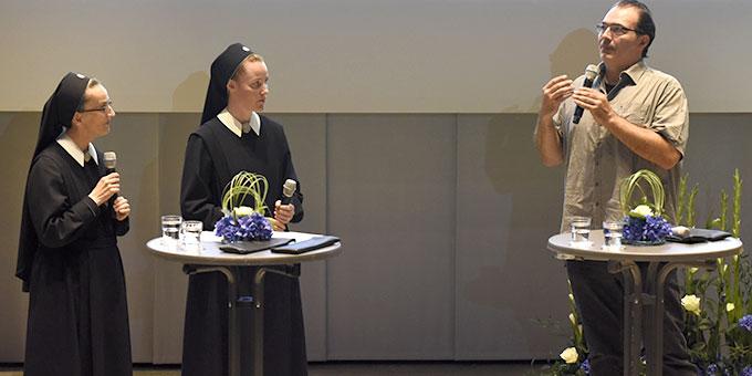 Professor Matthias Knezy-Bohm spricht über seine Erfahrungen im Rahmen der Begleitung von Schwester Francine-Maries Filmprojekt an der FH Aachen (Foto: Kröper)