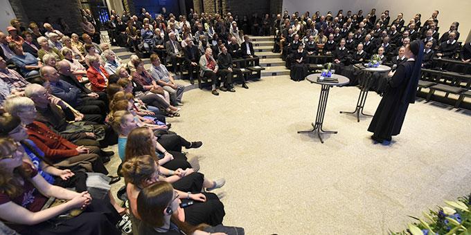 Die Besucher der Uraufführung hören den Ausführungen von Sr. Francine-Marie Cooper interessiert zu (Foto: Kröper)