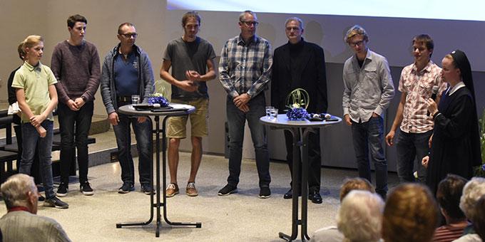 Einige der Darsteller waren ebenfalls zur Uraufführung gekommen und erhielten nach der Uraufführung ein kleines Dankeschön (Foto: Kröper)