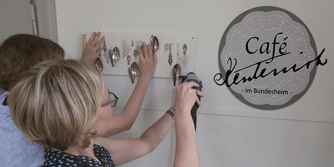 Vorbereitungen für das Café Kentenich im Bundesheim. Das Logo wurde von Katharina Schardt gestaltet. (Foto: Anrika Dold)