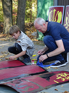 Schilde bemalen mit Andreas (Foto: Imwalle)