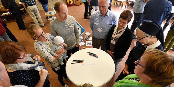 In wechselnden Arbeitsgruppen wird das Familienfestival ausgewertet (Foto: Kröper)