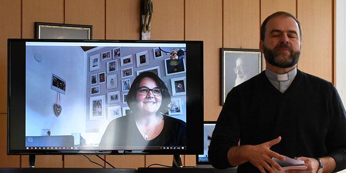 Ehepaar Anna-Maria und Johannes (nicht im Bild) Liebl, Wildsteig, waren per Skype Videotelefonie zugeschaltet (Foto: Kröper)