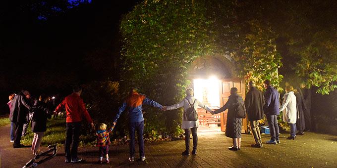 """Zum Abschluss des Weg-Gottesdienstes wird das Heiligtum der Familien """"in die Mitte genommen"""" (Foto: Kröper)"""