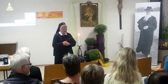 Sr. Marie-Gudrun Glückert begrüßt die Teilnehmerinnen und Teilnehmer des Vigilabend zum 50. Todestag Pater Kentenichs in Waldstetten (Foto: Rosa Grüner)