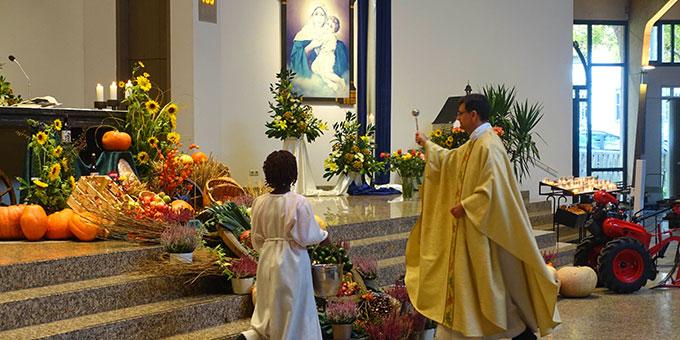 Segnung des Erntedankaltares in der Pilgerkirche Schönstatt (Foto: Pilgerzentrale)