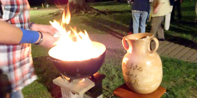 """Nach dem Gottesdienst wird die """"Krugpost"""" verbrannt (Foto: Brück)"""