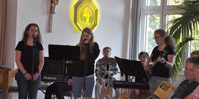 """Die Jugend-Band """"SoundOfUs"""" präsentiert ihr neues Kentenichlied am Kentenich-Tag im Schönstatt-Zentrum Liebfrauenhöhe, Rottenburg (Foto: Lämmle)"""