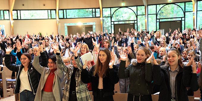 """Sr. M. Elvira fordert die Schülerinnen auf zusammenzuhalten und bringt alle mit dem Lied: """"Miteinander wachsen dem Himmel entgegen ..."""" in Schwung (Foto: Sch.Marienschule)"""