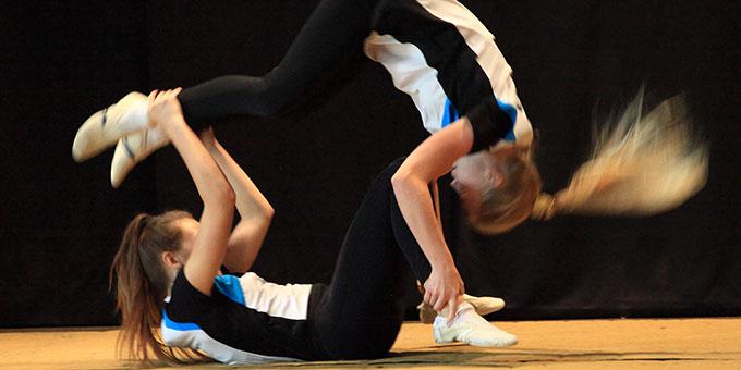 Im farbenfrohen und schwungvollen Programm zeigten Schülerinnen ihr tänzerisches und sportliches Können (Foto: Sch.Marienschule)