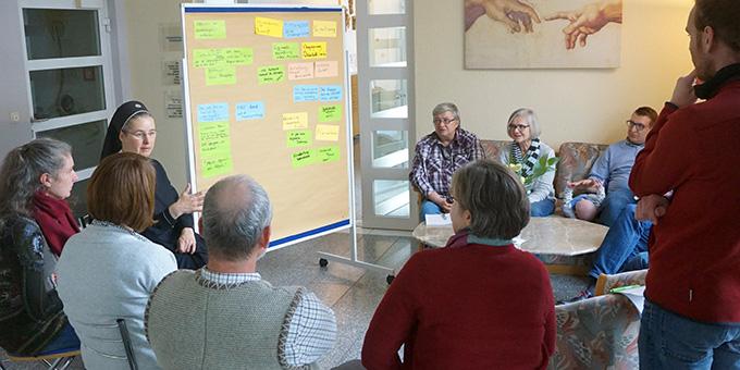 An jeder Ecke: Kleingruppen im Gespräch (Foto: Fella)