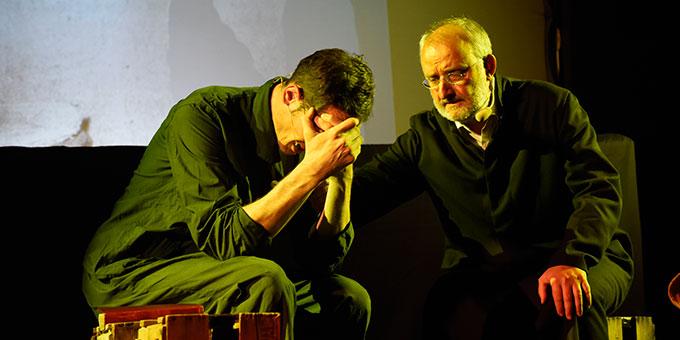 Musical-Szene: Pfarrer Kreuzwald besucht Reinisch im Gefängnis (Foto: Kröper)