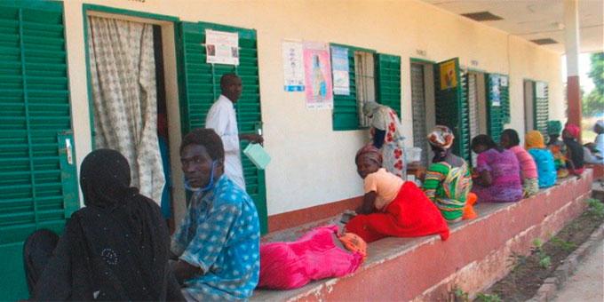 """Patienten vor dem Gesundheitszentrum """"Centre de Santé Emmanuel"""", Moundou, Tschad (Foto: privat)"""