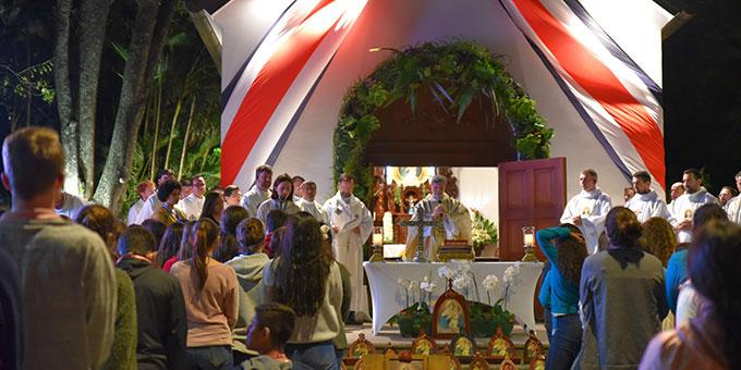 Die Teilnehmerinnen und Teilnehmer des internationalen HINENI-Treffens der SchönstattMjF und des IGNIS-Treffens des SMJ feierten zusammen mit der Schönstatt-Bewegung Costra Ricas den Bündnistag am 18. Januar am Schönstatt-Heiliftum von Santa Ana, Costa Rica  (Foto: Cyganik)