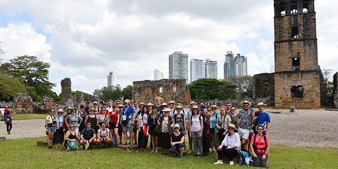 """Stadttour am Sonntag: Panama """"La Vieja"""" - Ruine der Kathedrale Nuestra Señora de la Asunción und im Hintergrund die Wolkenkratzer der Neustadt (Foto: Ula Cyganik)"""
