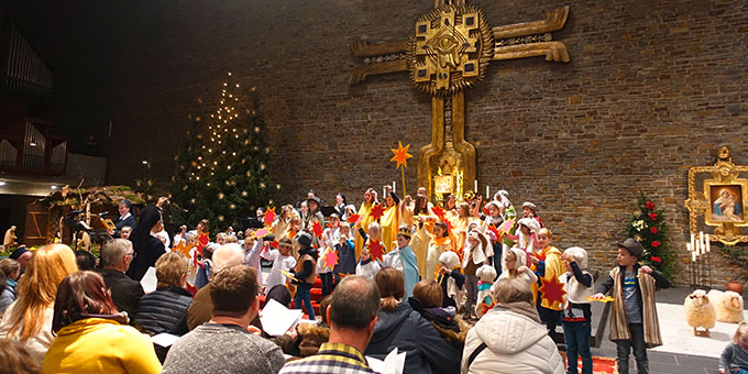 10 Minuten an der Krippe in der Dreifaltigkeitskirche auf Berg Schönstatt, Vallendar (Foto: Trieb)
