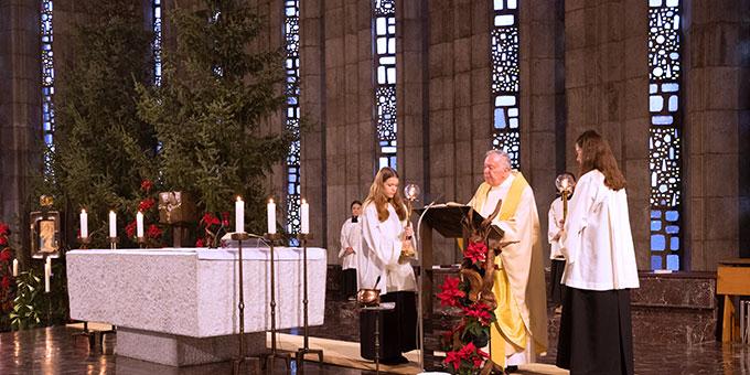 Feierlicher Gottesdienst in der weihnachtlich geschmückten Kirche (Foto: Hilser)