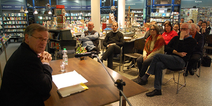 Dr. Helmut Müller bei einer vorweihnachtlichen Autorenlesung in der Buchhandlung des Schönstatt-Verlages in Vallendar (Foto: Brehm)