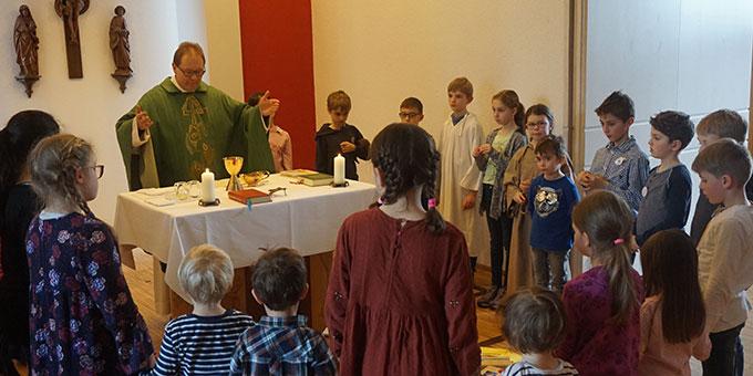 Um den Altar versammelt (Foto: Fella)