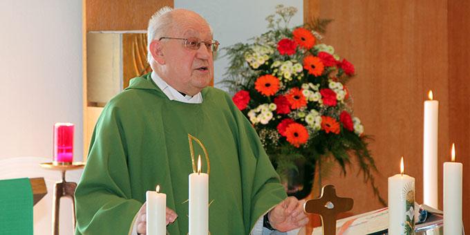 Pfr. i. R. Leonhard Erhard feiert in Memhölz seinen 80. Geburtstag (Foto: Stefan Loriz)