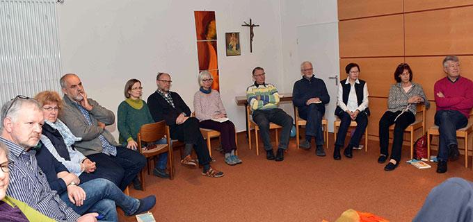 Aufmerksame und dankbare Zuhörer lauschen Pater Unkel (Foto Michael Schulze)