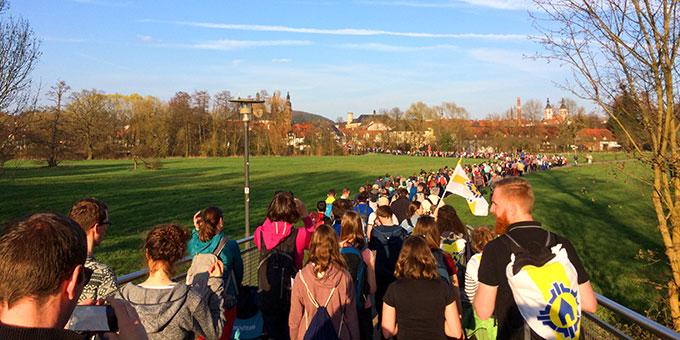 Fast 1.000 Menschen begleiteten Bischof Gerber am Vortag der Amtseinführung auf dem Bonifatiuspilgerweg nach Fulda (Foto: Brantzen)