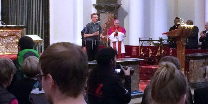 Ankunft der Pilger im Dom und Empfang durch Weihbischof Dietz (Foto: Brantzen)