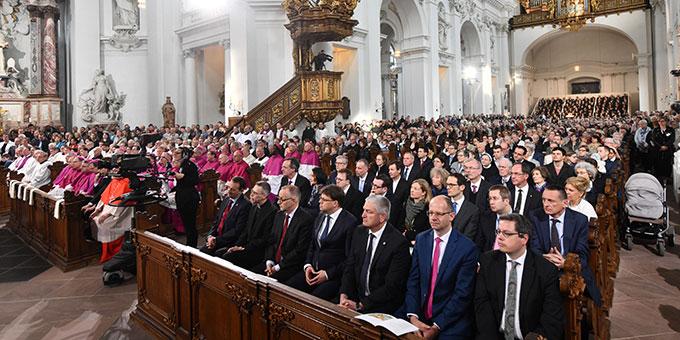Der Fuldaer Dom war überfüllt. Die Feier wurde vor den Dom und in eine weitere Kirche übertragen (Foto: Arnulf Müller / Bistum Fulda)