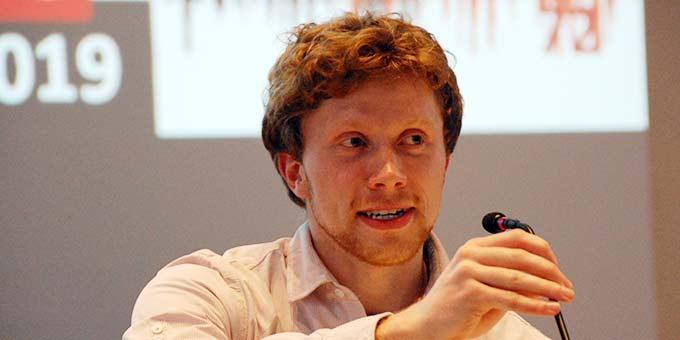 Florian Roth spricht über Erfahrungen im Engagement für Klimaschutz (Foto: Brehm)