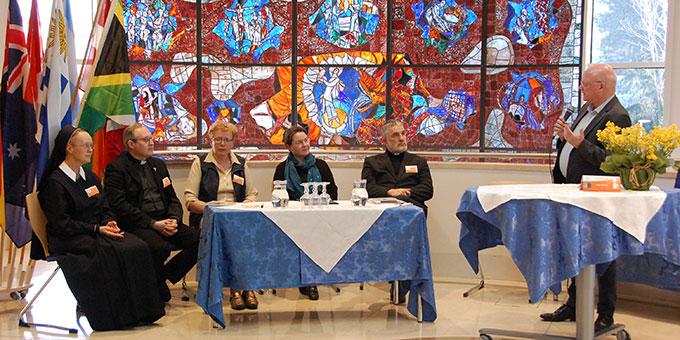 Festakt: Pfarrer Heinz-Martin Zipfel begrüßt die Referenten Schwester M. Patricia Stewart (4.v.l.) und Weihbischof Thomas Maria Renz (2.v.r.) (Foto: Brehm)