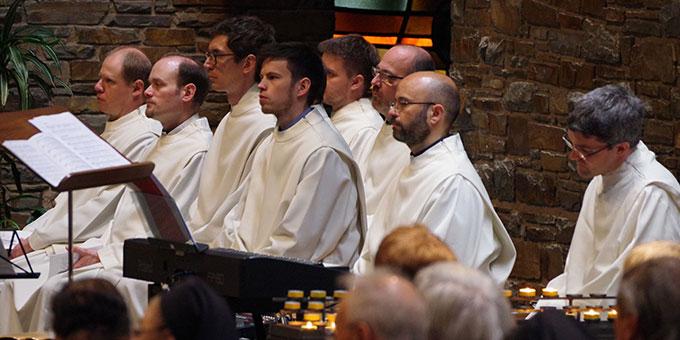 musikalische Mitgestaltung des Requiems durch eine Gruppe jüngerer Mitglieder der Gemeinschaft der Schönstatt-Patres (Foto: Neiser)