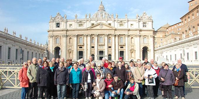 Nach dem Besuch im Petersdom noch ein Gruppenfoto auf der Piazza di Sant Pietro (Foto: Brehm)