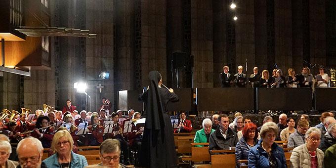 """Die Schönstätter Marienschwester Faustina Niestroj, Kirchenmusikerin im Schönstatt-Zentrum Liebfrauenhöhe, dirigiert das Orchester des Musikvereins Ergenzingen und den Chor Notabene, Baisingen, beim musikalischen Gottesdienst am Sonntag """"Laetare""""  (Foto: privat)"""