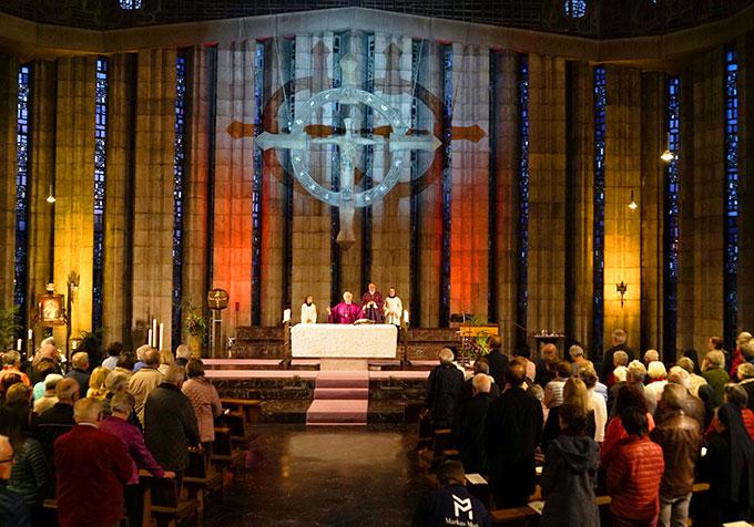 Die Kirche war stimmungsvoll ausgeleuchtet (Foto: privat)