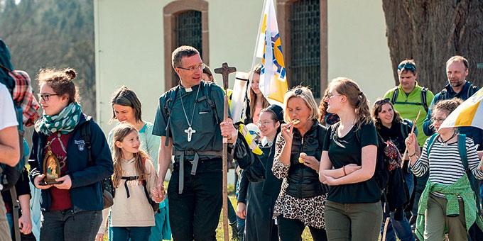 Zusammen mit Bischof Michael Gerber auf dem Pilgerweg zur Bischofseinführung in Fulda (Foto: Osthessen News)