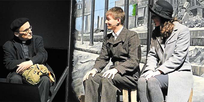 Das Aufeinandertreffen eines jungen Paares und Pater Schwans bildet im Misical die Rahmenhandlung innerhalb der die Geschichte von Franz Reinisch erzählt wird (Foto: Christiane Niermann )