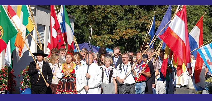 Prozession mit internationalen Fahnen in Schönstatt (Foto: Brehm)