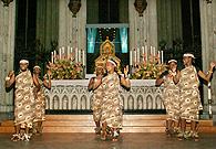 El coro de Mont Sión gikungu frente del relicario de los Reyes Magos en Colonia - Fotos: Fischer