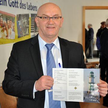 Franz Bradler stellt den neuen Flyer der Männerbewegung vor(Foto: Mayr)