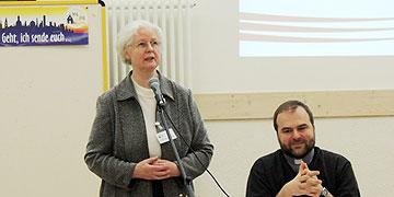 Schw. M. Luciane Machens und P. Stefan Strecker begrüßen die Teilnehmer (Foto: ME Vilches)