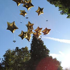 Europawallfahrt 2012 – Zwölf Sterne fliegen in den Himmel. Sie symbolisieren die Sterne der Europafahne und als solche die Tugenden der Gottesmutter. (Foto: Maria Elena Vilches)
