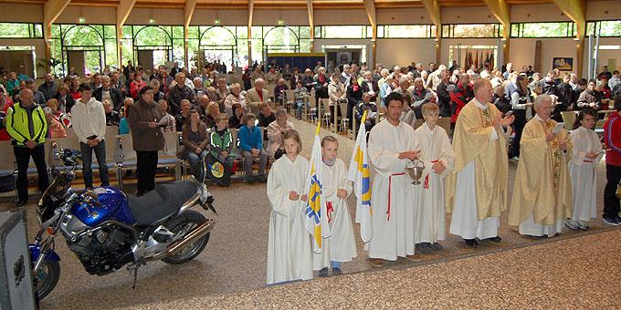 Die Motorradpilger und viele weitere Pilger beim Schlussgottesdienst (Foto: Brehm)