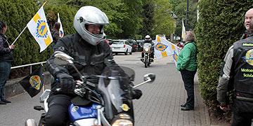 Pfr. Stefan Schaaf bei der Ankunft am Urheiligtum nach der Ausfahrt in den Westerwald (Foto: AM Brück)