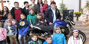 Ein Foto mit Maschine - dass muss natürlich sein. Eine Familiengruppe, die sich seit ihrem Ehevorbereitungsseminar in Schönstatt regelmäßig zur Tagung trifft. (Foto: Brehm)