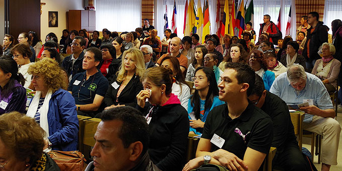 Großer Andrang bei der Wallfahrt für spanisch Sprechende - der Konferenzraum bis auf den letzten Platz gefüllt (Foto: Pilgerzentrale)